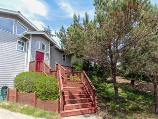 Lovely dog-friendly home w/ huge deck & beautiful views - 2 blocks to the beach