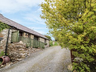 BUZZARD COTTAGE, all ground floor, hilltop views, pet-friendly, Llandysul, Ref 9