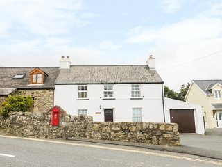 IVY HOUSE, stunning elevated views, WiFi, nr Pembrokeshire Coast National Park,