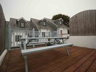 The Beach Hut - terraced house for 6 with parking