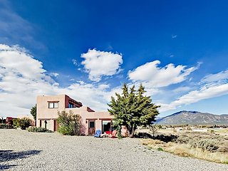 Secluded & Serene Sunrise Studio w/ Panoramic Views, 5 Miles to Downtown Taos