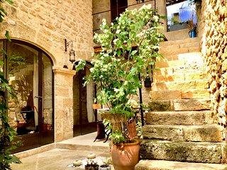 Coté Patio - Maison du 16ème siècle 4 pers. 2 chambres 2 sdb. Clim. Terrasse.