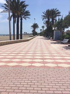 Vista paseo marítimo hacia el Puerto de Roquetas.