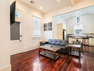 Dashing 2BR on Carondelet by Hosteeva