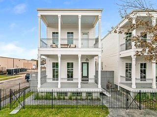 Luxury 3BR on Carondelet by Hosteeva