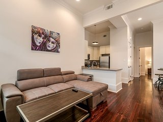 Vibrant 2BR on Carondelet by Hosteeva