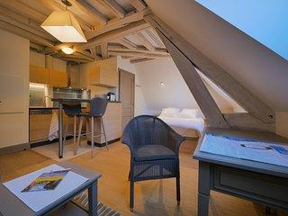 L'intimite chaleureuse d'un studio sous les toits