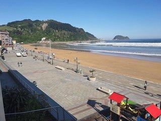 Apartamento con vistas totales y frontales a la playa y al  mar.