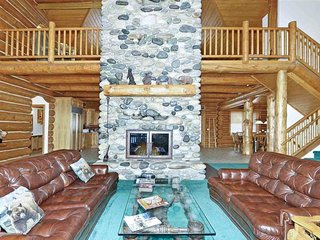 Grand cabin in private forest w/ private hot tub and lake views - slopes nearby