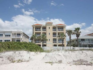 BIg Beachside Bi-level, Sleeps 10! Free Wi-Fi & Cable, Pool, BBQ, 2-car Parking,