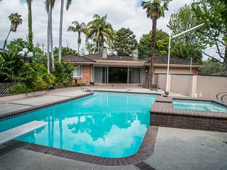 Luxurious 3200 sf 4b 3b Mansion with Private Pool & Jacuzzi! 15 min to Down Town