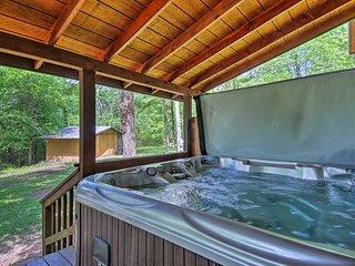 Cozy Broken Bow Cabin w/ Hot Tub - 5 Mins to Lake!