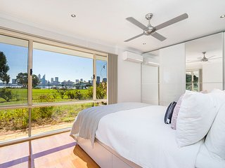 SPECTACULAR South Perth Foreshore - business or family fun! Sleeps 4