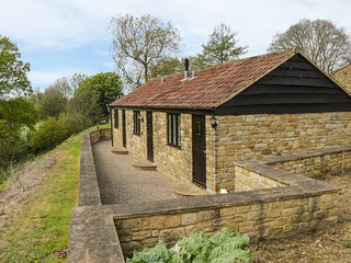 BLUEBELL COTTAGE, countryside views, near Ham Hill, barn conversion. Ref 968161