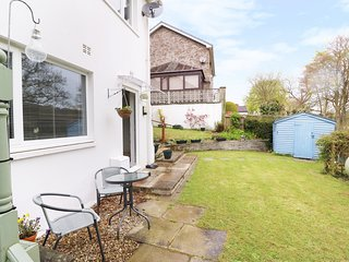 THE GARDEN FLAT, open-plan, en-suite bedroom, pleasant location, near Aberaeron