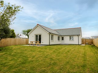 OWL COTTAGE, open-plan living, hot tub, in Camelford, Ref 981960