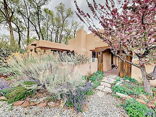 Spacious 2BR w/ Private Adobe Courtyard - Walk to Taos Plaza