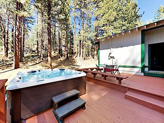4BR w/Deck, Game Room & New Jacuzzi - 6 Mins to Heavenly, Tahoe Lake & Casino