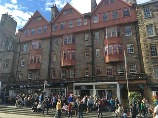 Lawnmarket Apartment in popular location in Old Edinburgh, overlooks Royal Mile