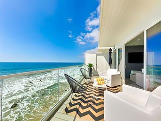 Beautiful Waterfront Villa - Endless Ocean Views + Luxury Accommodations