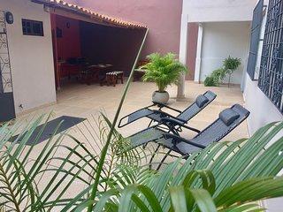 Casa Sherman: 4 Suites, Ar, TV, WiFi, Salao de Jogos - Localizacao e Conforto.