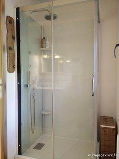 La grande douche de 110x80 cm de la salle d'eau
