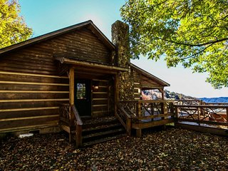 Silverleaf Cabin- 30 Mile View, Hot Tub, Pet friendly! Skiing.