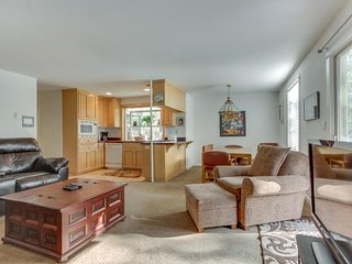Sunriver condo near the Village w/ spacious deck, SHARC access (pools & hot tub)
