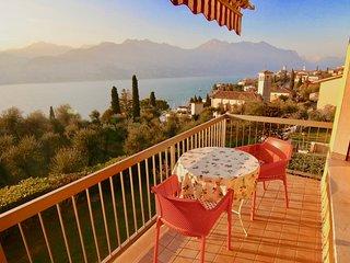grazioso e tranquillo appartamento con balcone meravigliosa vista lago e piscina