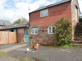 THE GRANARY, converted granary, dog-friendly, countryside views, Ref 981720