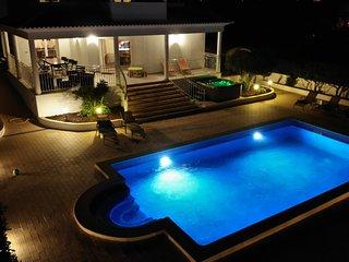 Stunning 5 suites,heatable salt pool, jacuzzi,games room,Gym,near beach!