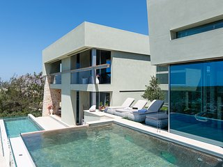 An amazing 5 bedroom villa with unique views next to the sea