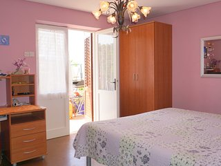 DC1 Colourful One Bedroom Apartment with Garden