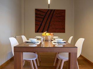 Comedor con mesa de 180 x 90 cm para 6 comensales.
