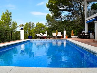 Detached house walking distance to the beach with private pool