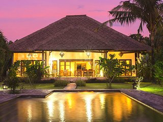 Kundalini Beachfront House 'Bagus' with priv cook