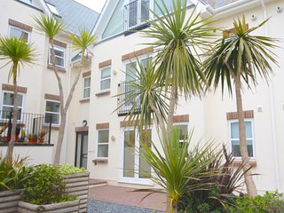 PENTIRE MEWS 5 MINS FISTRAL BEACH 2 Bed GF  sleeps , private parking and WIFI,