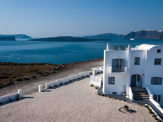 Hemera Holiday Home family-friendly villa with caldera view