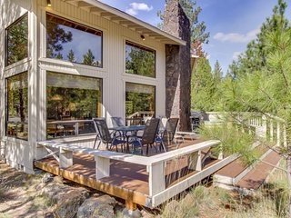 Cozy home with private hot tub & SHARC access - Close to Sunriver Village