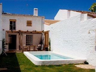 Free WIFI, private pool+garden, barbecue, air con,close to Seville city and sea