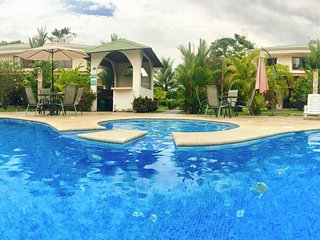 Condo Cariño, pristine pool and lush tropical garden