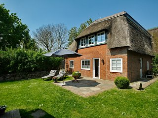 Stylish Apartment under thatched roof with idyllic Garden