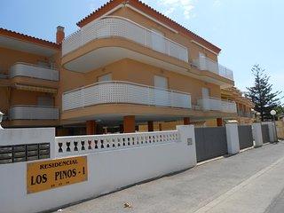 Ref 213.- Apartamento cerca de la playa, con parking, A/A, piscina, terraza.