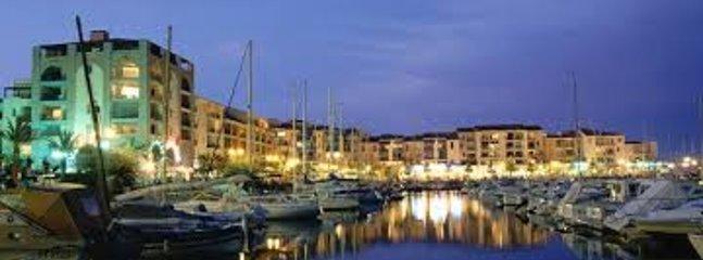 el puerto por la noche