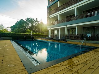 Studio in beachside resort in Kamala, pool, gym and walk to beach. 309