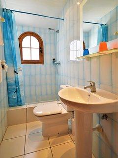 Twin bedroom 'en suite' bathroom