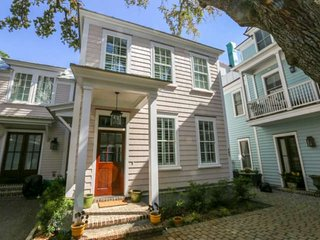 Walk to Restaurants & Shops of Old Village/Shem Creek! Minutes to Beach & Downto