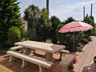 En Rias Baixas, Aguino.Vivienda a 50 metros de la playa, con jardin y parking