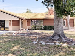 3 Bedrooms, Private Fenced Yard, Screened Patio, Super Fast WI-FI! Modern Feel