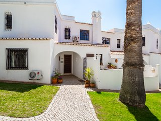 2 bedroom townhouse with communal pool walking distance to beach and amenities